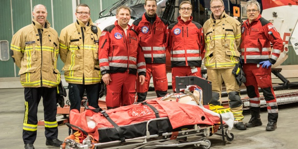 Gemeinsam mit der Flughafenfeuerwehr trainierte die Bremer Besatzung den Einsatz des neuen Reanimationsgeräts Corpuls cpr. (Foto: Florian Kater)