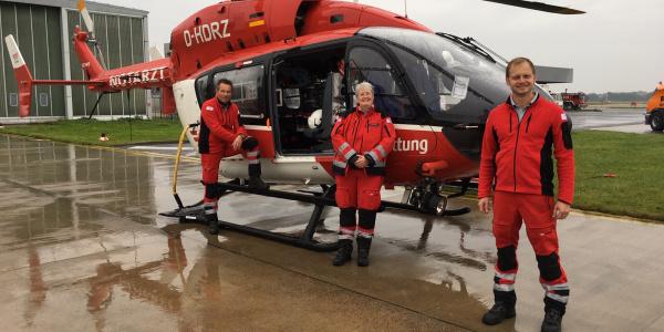 Seit heute mit der EC145 im Einsatz, v.l.: Torsten Freitag, HEMS TC, Dr. Annette Held, Notärztin und Ingo Reckermann, Pilot und Stationsleiter